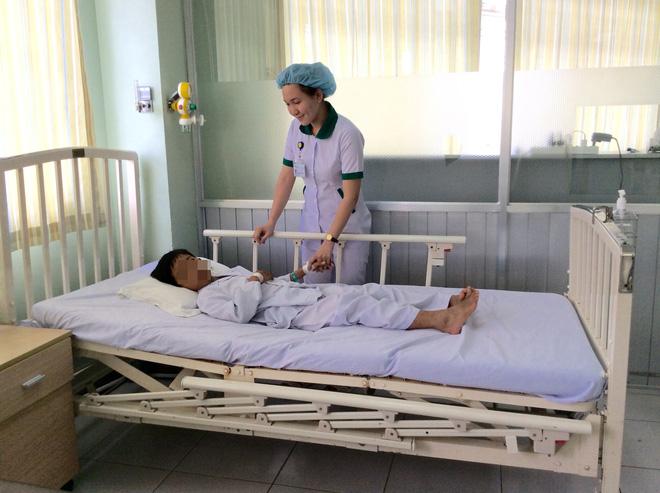 Hậu Giang: Con đau quặn bụng 4 ngày, mẹ tá hoả phát hiện hàng chục hạt sơ ri trong người bé trai 11 tuổi - Ảnh 3.