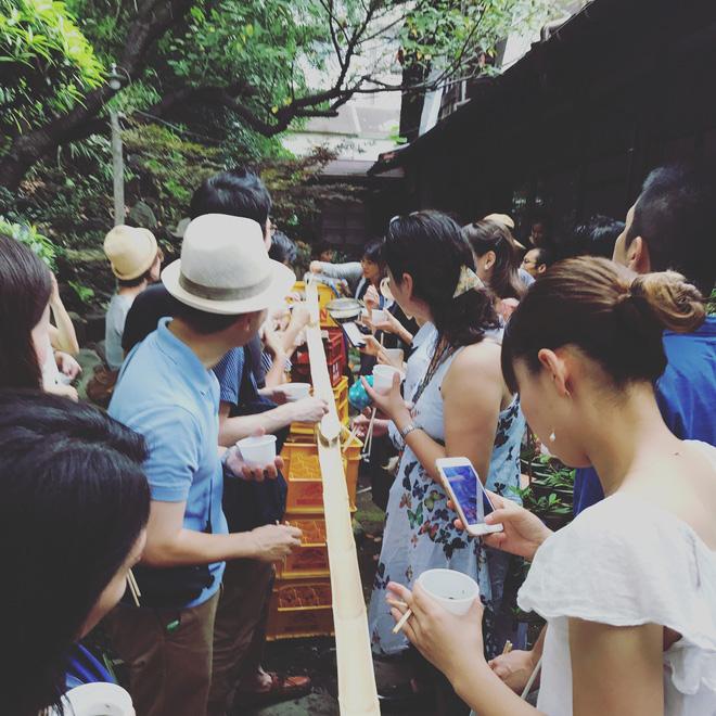 Món mì lạ của người Nhật: muốn thưởng thức phải tinh mắt, khéo tay để... gắp mì trôi theo dòng nước - Ảnh 2.