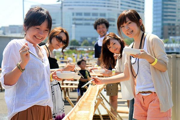 Món mì lạ của người Nhật: muốn thưởng thức phải tinh mắt, khéo tay để... gắp mì trôi theo dòng nước - Ảnh 1.