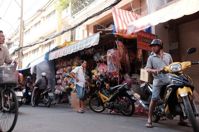 Xóm lồng đèn Phú Bình từ lâu đã nổi tiếng gần xa, được hình thành bởi những nghệ nhân gốc Nam Định di cư vào Sài Gòn lập nghiệp. Họ chọn khu vực này làm chỗ hội xóm làng. Những năm 90 của thế kỷ trước là thời kỳ cực thịnh của những chiếc lồng đèn giấy.
