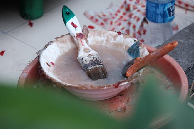 Cách pha hồ cũng là một nghệ thuật, phải giữ cho hồ không lỏng quá, cũng không đặc quá, để khi vừa trét vào các khung sườn và ịn giấy vào là dính ngay.