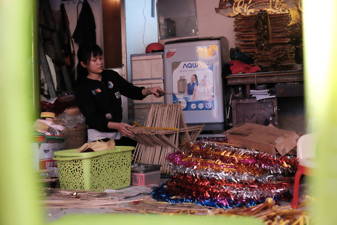 Tương tự, ngoài bán lồng đèn những tháng Trung thu, chủ tiệm Minh Anh có công việc chính là bán bún bò huế hằng ngày. Với họ, đây không chỉ đơn thuần là nghề kiếm sống mà còn là cả một khung trời kỷ niệm mà cha ông để dày công để lại.