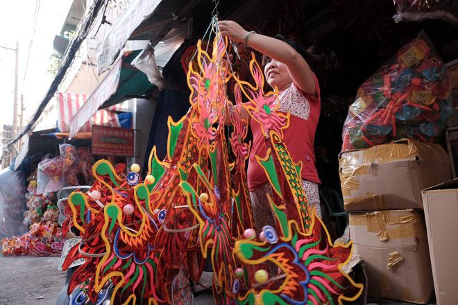 Dù vậy, năm nay xóm Phú Bình vẫn làm rất nhiều mẫu lồng đèn để đáp ứng nhu cầu đa dạng của khách. Có thể kể đến những chiếc lồng đèn truyền thống cỡ lớn như lồng đèn rồng, phượng, cá cho đến các hình thù thời thượng như trực thăng, mèo máy, gấu hoạt hình…