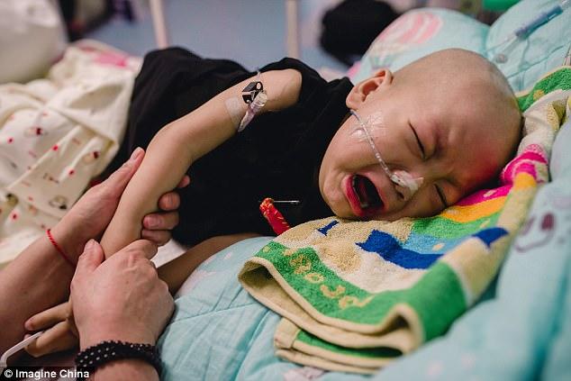 Rớt nước mắt nhìn cậu bé ung thư bị mẹ đẻ bỏ rơi nhưng trong cơn đau vẫn không thôi nhớ mẹ - Ảnh 1.