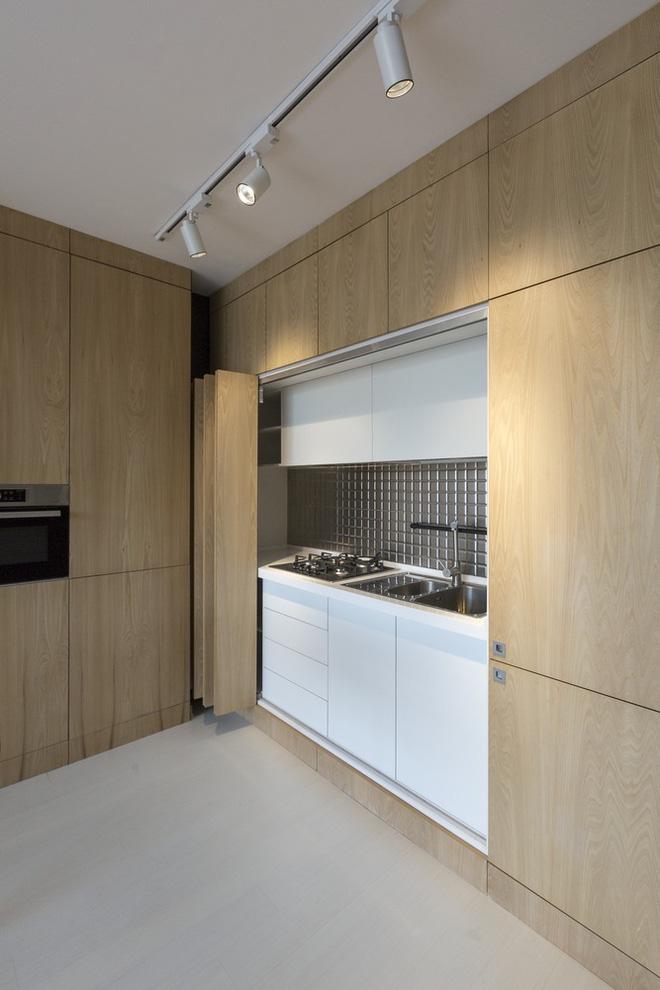 Căn hộ 45m² cực ấn tượng với giường treo và hệ tủ âm tường biến hóa khôn lường - Ảnh 14.