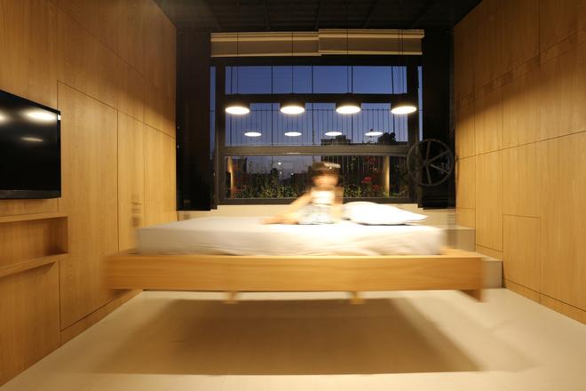 Căn hộ 45m² cực ấn tượng với giường treo và hệ tủ âm tường biến hóa khôn lường - Ảnh 5.