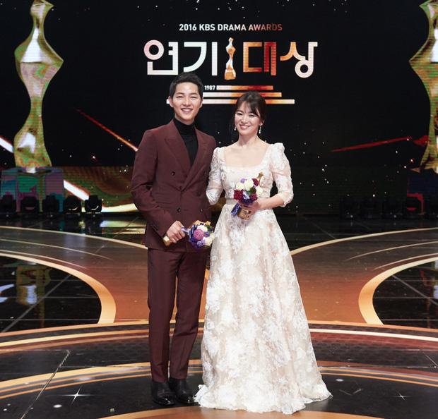 Váy cưới của các mỹ nhân đình đám xứ kim chi: người chi cả tỷ cho hàng hiệu, người diện thiết kế không tên tuổi - Ảnh 2.