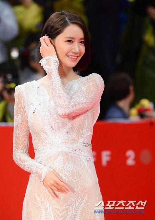 Yoona sexy với trang phục hở táo bạo bên cạnh tài tử Jang Dong Gun - Ảnh 2.