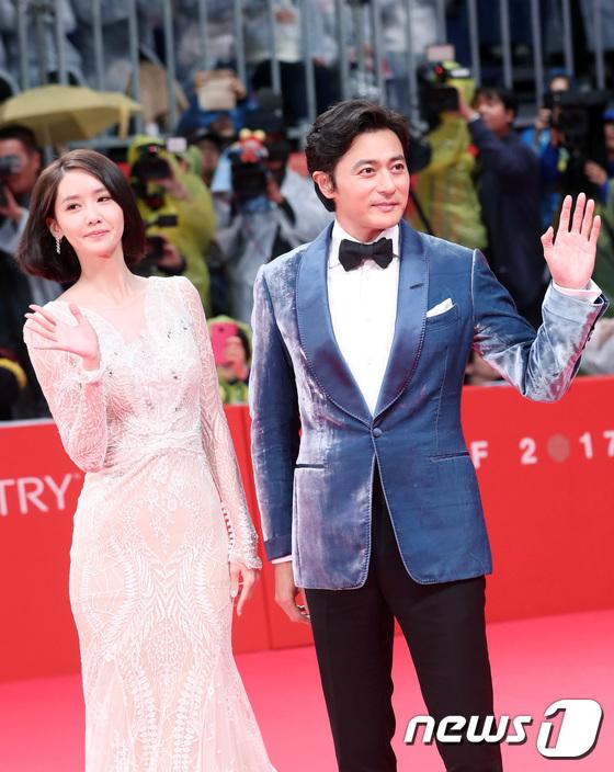 Yoona sexy với trang phục hở táo bạo bên cạnh tài tử Jang Dong Gun - Ảnh 3.