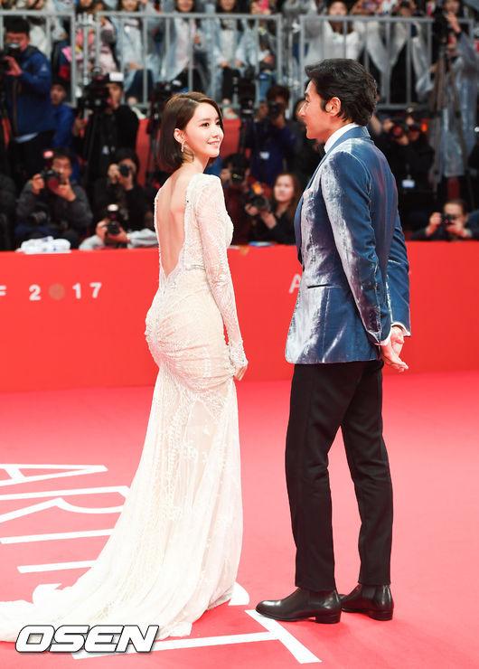 Yoona sexy với trang phục hở táo bạo bên cạnh tài tử Jang Dong Gun - Ảnh 4.