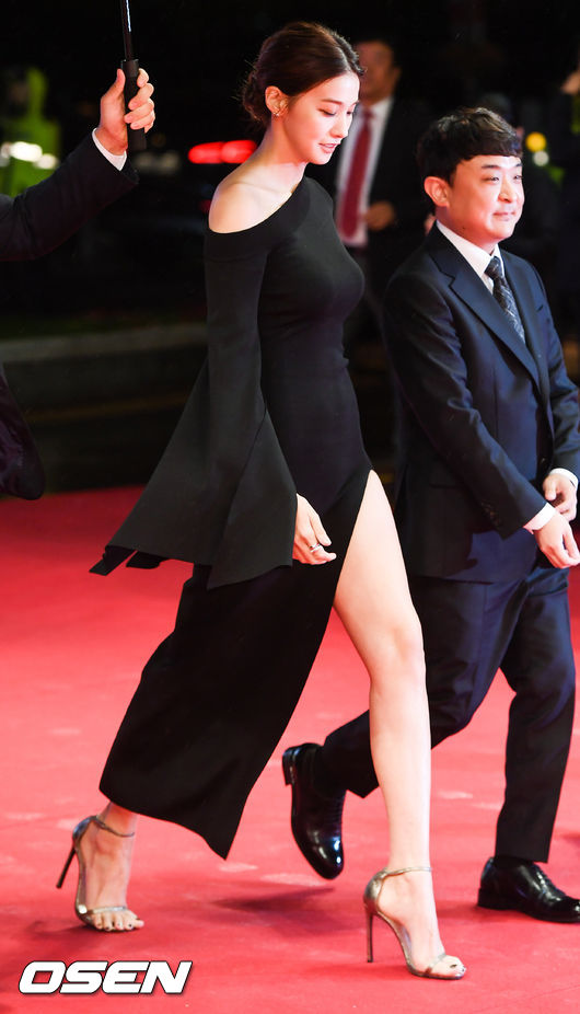 Yoona sexy với trang phục hở táo bạo bên cạnh tài tử Jang Dong Gun - Ảnh 6.