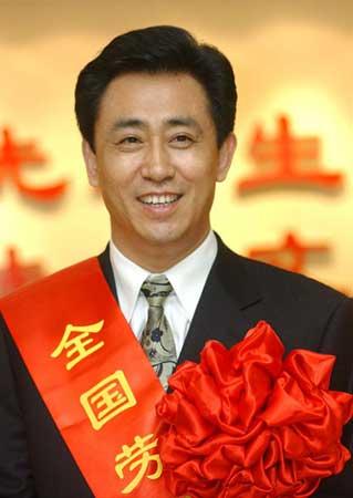Từ trẻ mồ côi thành người giàu nhất Trung Quốc - ảnh 1