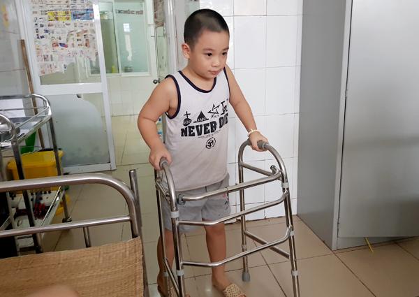 Bệnh lạ: Bé 8 tuổi ở Hà Nội hễ ngóc đầu là bất tỉnh - Ảnh 1.