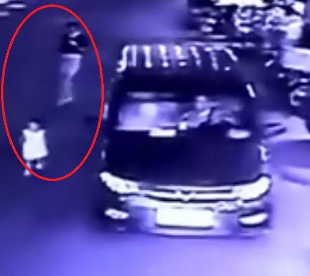 Clip: Thót tim chứng kiến bé gái bị xe tải cuốn vào gầm, thoát chết một cách thần kì - Ảnh 4.