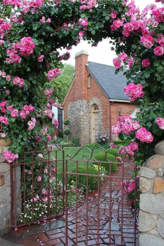 Chiêm ngưỡng vẻ đẹp lộng lẫy của những chiếc cổng nhà tràn ngập hoa - Ảnh 2.