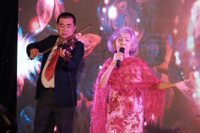 Bằng giọng hát, bác sĩ Sài Gòn quyên được hơn 236 triệu đồng cho người dân miền Trung bão lũ trong chưa đầy 3 giờ - Ảnh 13.