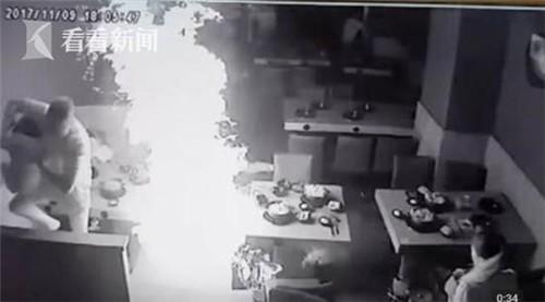 Ông bố dũng cảm lấy thân mình che cho con gái khỏi bị bỏng do bình ga tại nhà hàng lẩu phát nổ - Ảnh 2.