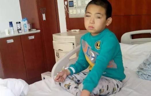 Bé trai 9 tuổi bị phụ huynh của bạn đánh đến mù 1 mắt ngay tại trường học - Ảnh 2.