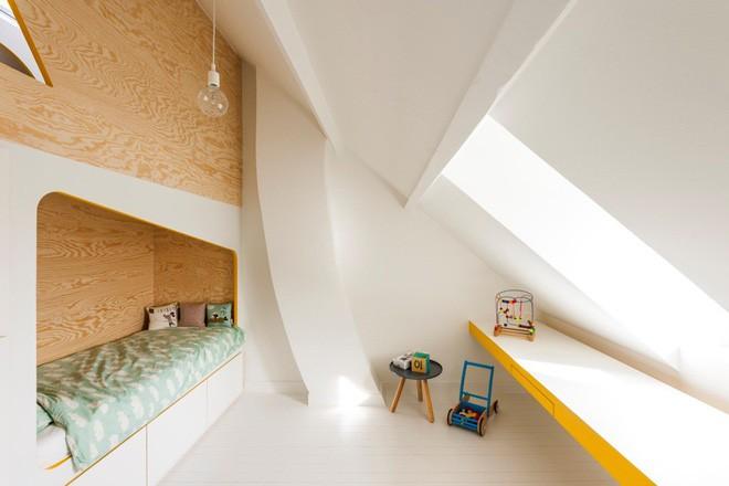 Với phòng ngủ nhỏ mà có võ thế này, bố mẹ hoàn toàn có thể yên tâm về nơi ngủ, chỗ chơi cho trẻ - Ảnh 3.