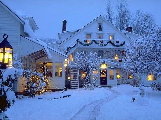 Những ngôi nhà trang hoàng lộng lẫy đón Noel đẹp đến mê mẩn giữa tuyết trắng - Ảnh 1.