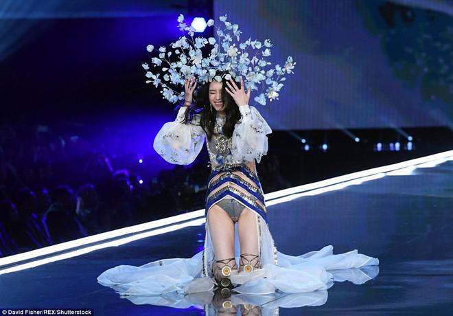 Trước Ming Xi, cũng từng có người mẫu suýt ngã hay tuột giày trong show diễn Victorias Secret  - Ảnh 2.