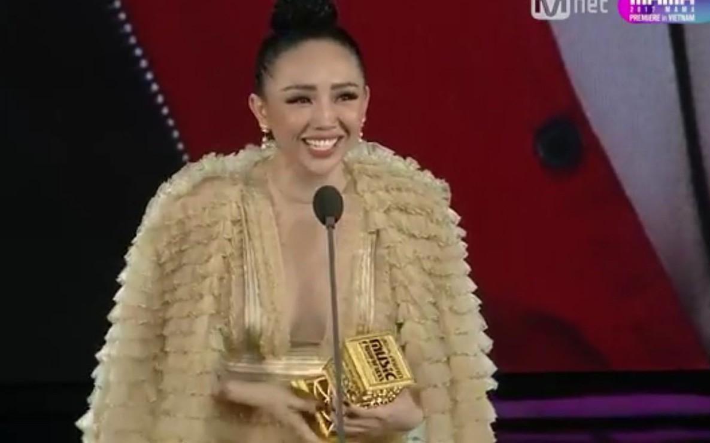 Trong lịch sử giải MAMA, lần đầu tiên Việt Nam có đến hai giải thưởng thuộc về Sơn Tùng và Tóc Tiên
