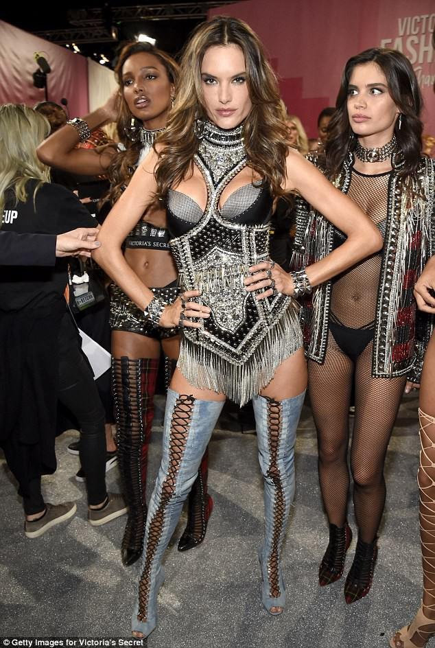 Alessandra Ambrosio chính thức giải nghệ sàn diễn Victorias Secret, giã từ cánh thiên thần sau 14 năm gắn bó - Ảnh 2.