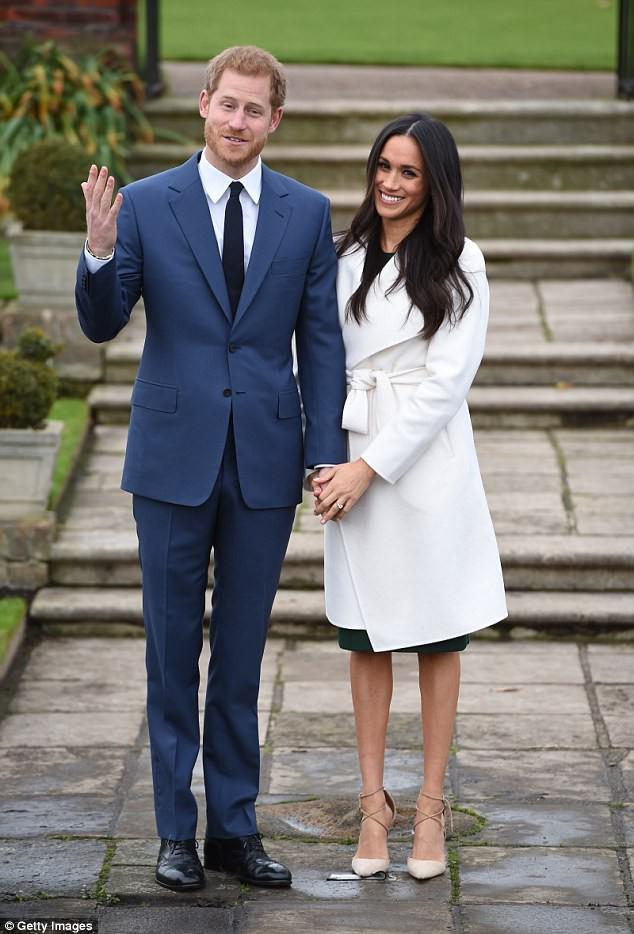 Được vị hôn thê của hoàng tử Harry diện, chiếc áo này đã lập tức gây sốt và khiến trang web của hãng bị đánh - Ảnh 1.