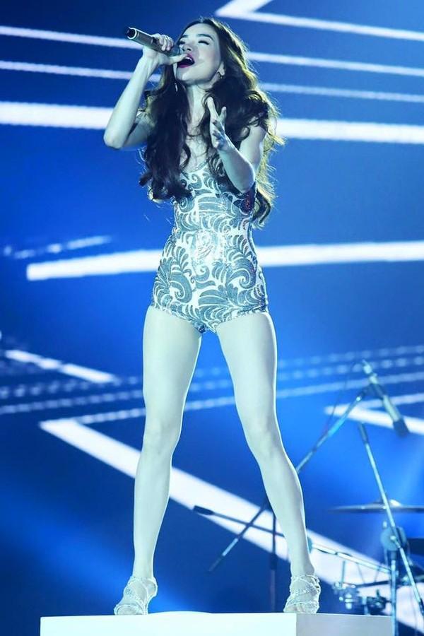 Từ khi yêu Kim Lý, trang phục biểu diễn của Hồ Ngọc Hà kín đáo và tinh tế hơn hẳn - Ảnh 1.