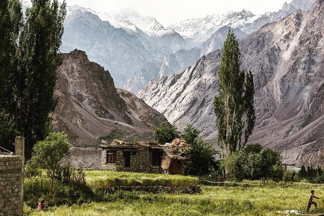 Cánh đồng oải hương và tam giác mạch đẹp như tiên cảnh ở ngôi làng bị lãng quên - Ảnh 3.