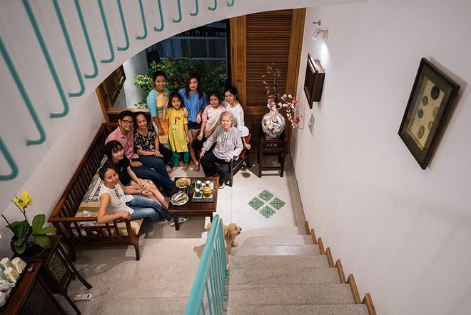 Ngôi nhà ống của đại gia đình trong hẻm nhỏ ấp ủ ý tưởng suốt 10 năm, đổi 3 đội thợ mới hoàn thành ở Sài Gòn - Ảnh 8.