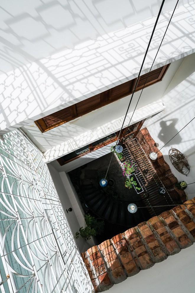 Ngôi nhà ống của đại gia đình trong hẻm nhỏ ấp ủ ý tưởng suốt 10 năm, đổi 3 đội thợ mới hoàn thành ở Sài Gòn - Ảnh 12.