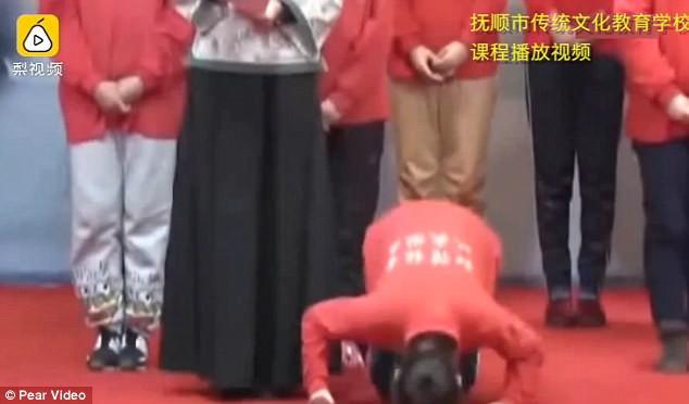 Trường học Trung Quốc gây tranh cãi khi bắt học viên khấu đầu nhận tội vì xem phim khiêu dâm và lười làm việc nhà - Ảnh 2.