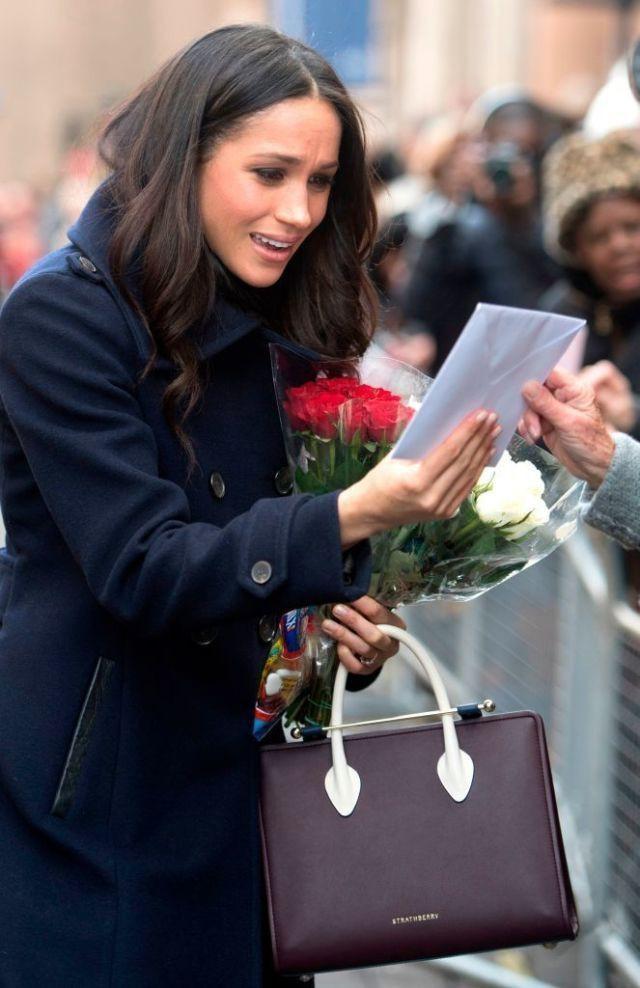 Hết mua áo khoác, giờ cả thế giới lại đổ xô đi mua túi xách giống vị hôn thê của hoàng tử Harry - Ảnh 2.