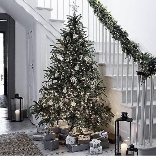 Ý tưởng trang trí cầu thang đơn giản mà lung linh để đón Giáng sinh đang tới gần - Ảnh 1.