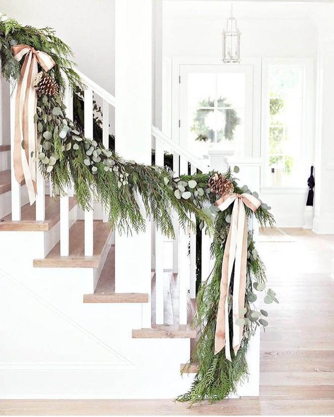Ý tưởng trang trí cầu thang đơn giản mà lung linh để đón Giáng sinh đang tới gần - Ảnh 2.