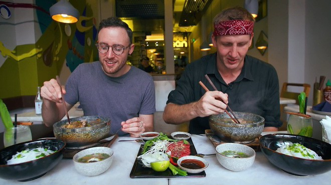 2 món phở đang khiến cộng đồng ẩm thực Sài Gòn sôi sục: Tô ngập thịt bò giá 2,3 triệu, tô sang chảnh với nguyên chú tôm hùm - Ảnh 1.
