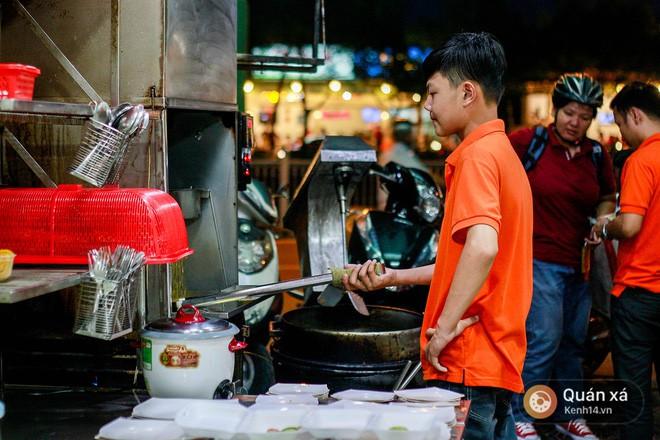 Khám phá tiệm cơm gà xối mỡ công nghệ cao xịn vô đối ở Sài Gòn - Ảnh 1.