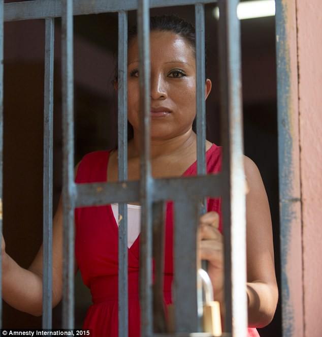 Chị Vásquez mòn mỏi sau song sắt nhà tù chờ ngày được tự do.