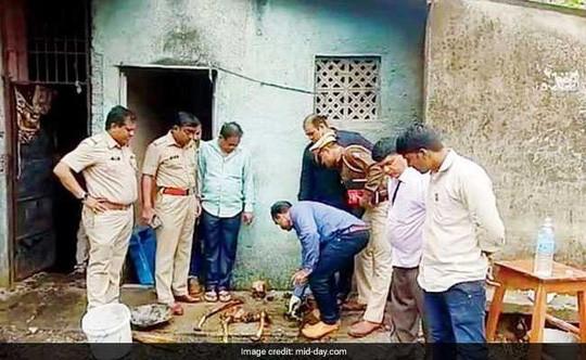 Bộ xương của ông Sahdev được cảnh sát đào ra từ nhà vệ sinh. Ảnh: Mid-day.com