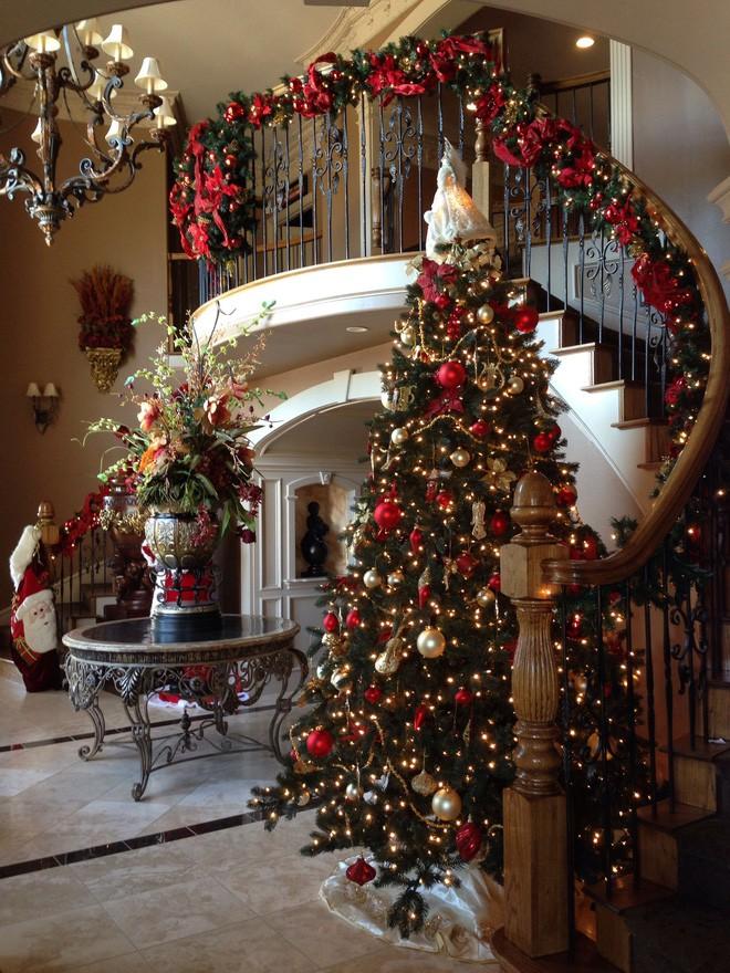 Những kiểu trang trí phòng khách đậm chất Giáng sinh nhìn đã thấy an lành - Ảnh 2.