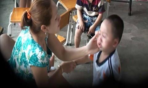 TP.HCM: Cháu bé 3 tuổi nghi bị cô giáo đánh bầm mắt - Ảnh 1.