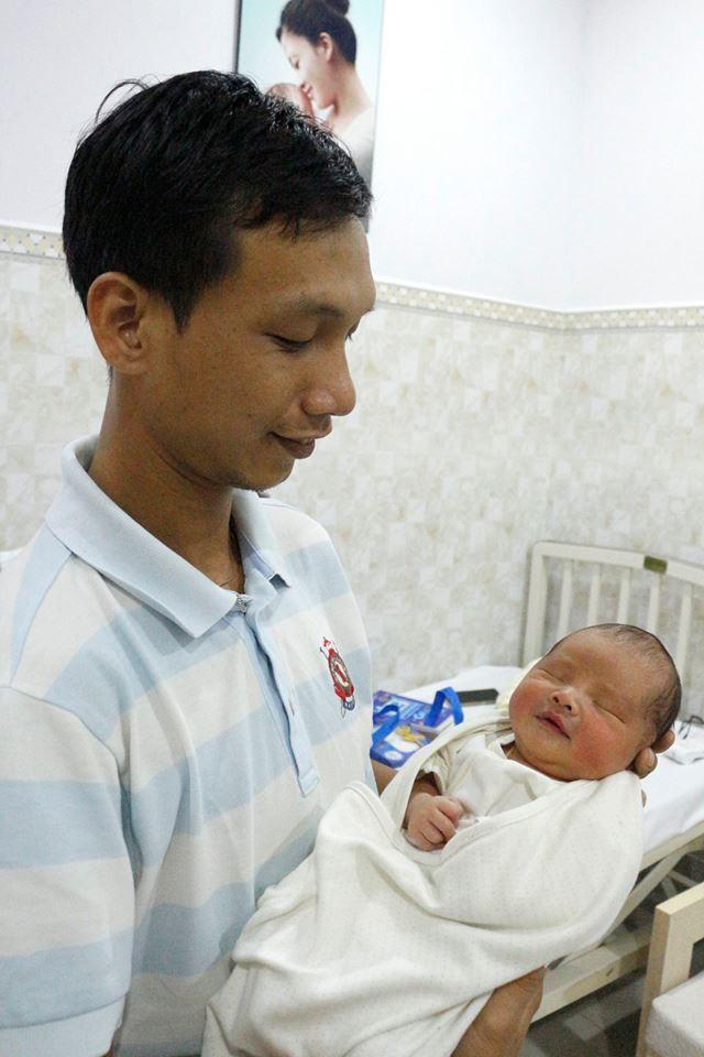 Cần Thơ: Vừa lọt lòng, bé trai sơ sinh thụ tinh trong ống nghiệm đã vẫy tay chào bác sĩ - Ảnh 1.