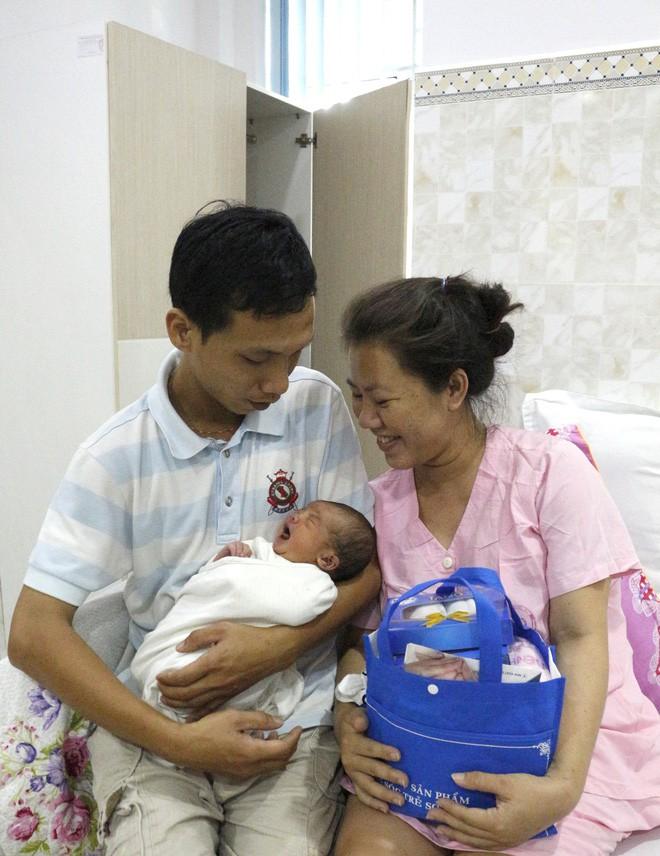 Cần Thơ: Vừa lọt lòng, bé trai sơ sinh thụ tinh trong ống nghiệm đã vẫy tay chào bác sĩ - Ảnh 3.