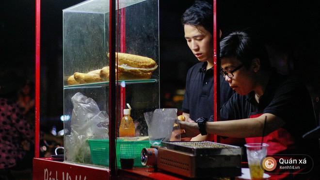Bánh mì hến - món mới cực lạ đang gây sốt ở Sài Gòn