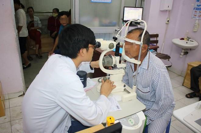 Bà vắt chanh vào mắt trị ghèn, bé trai 15 ngày tuổi bị loét giác mạc nghiêm trọng - Ảnh 3.