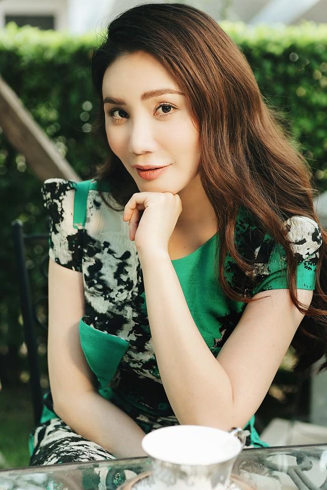 Gương mặt của Hồ Quỳnh Hương lại tiếp tục khác lạ trong loạt ảnh mới - Ảnh 3.