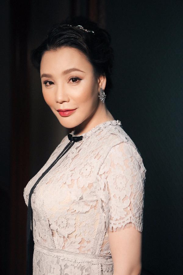 Gương mặt của Hồ Quỳnh Hương lại tiếp tục khác lạ trong loạt ảnh mới - Ảnh 4.