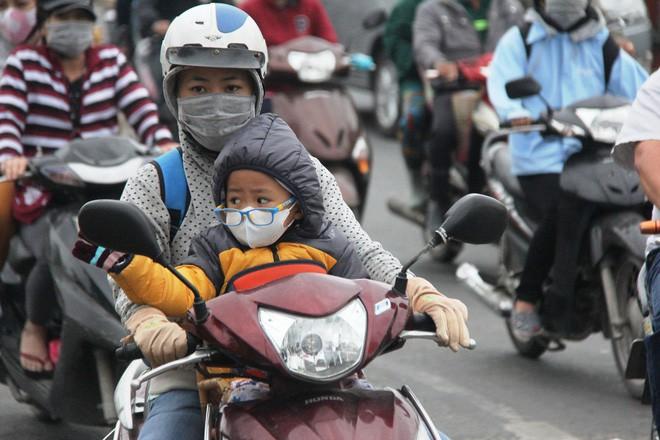 TP.HCM: Học sinh co ro, ngủ gục trên xe bố mẹ đi đến trường dưới thời tiết lạnh nhất năm 2