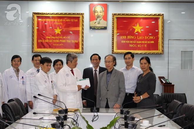 Bệnh viện ở Sài Gòn tặng 100 triệu đồng tiền thưởng ghép thận cho bà con vùng bão Tembin - Ảnh 2.